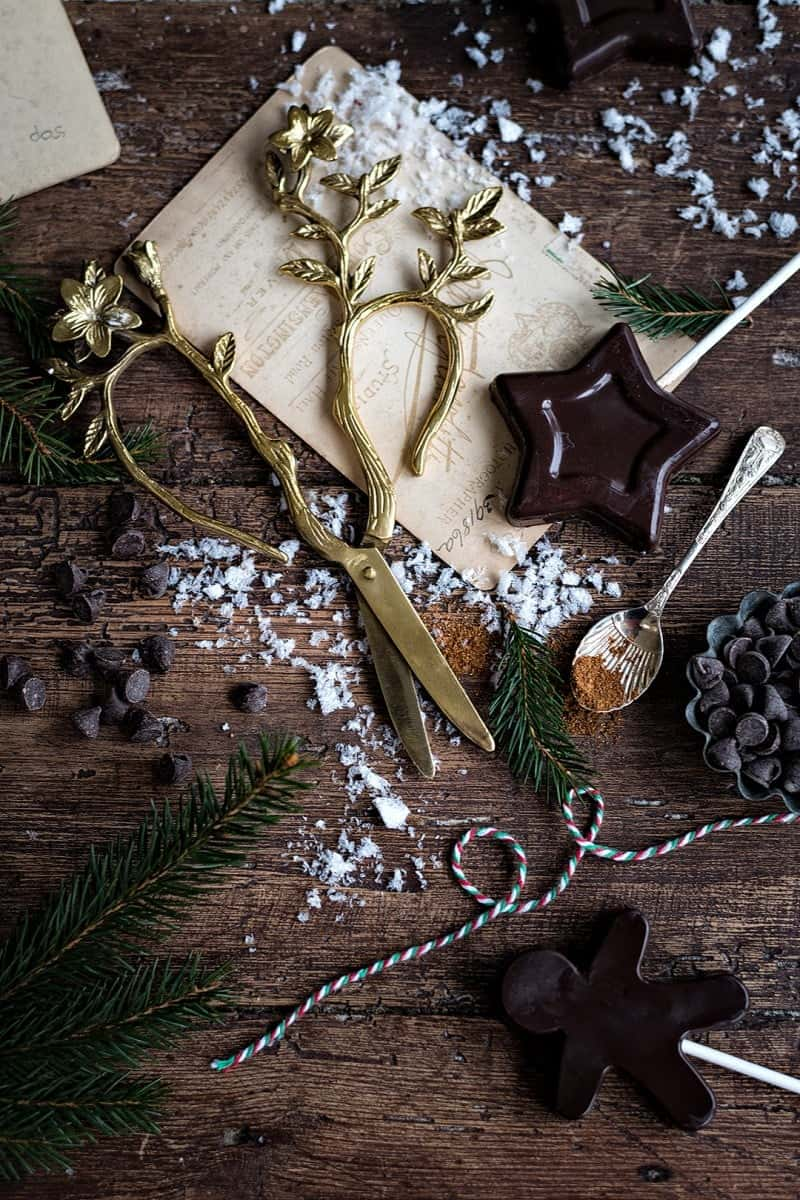 Vegan chocolate start lollipops – delicious, festive and the perfect Christmas treat #vegan #aquafaba #Christmas