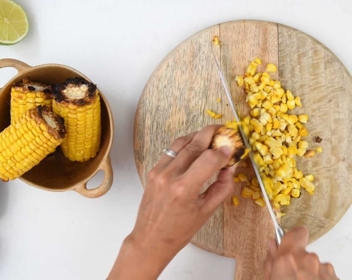 Cutting kernels off grilled corn